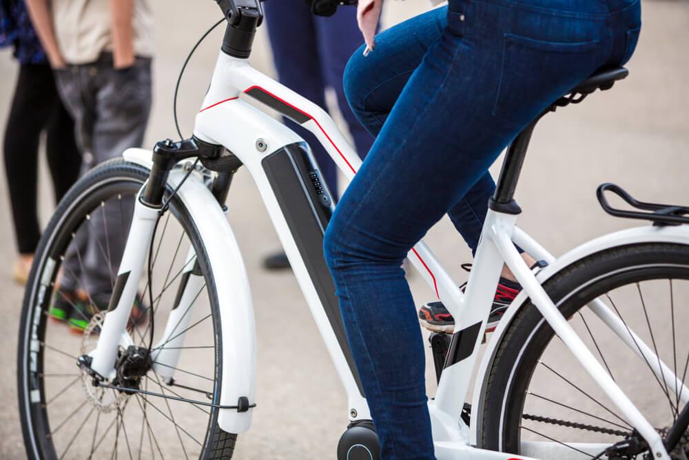Dame auf E-Bike