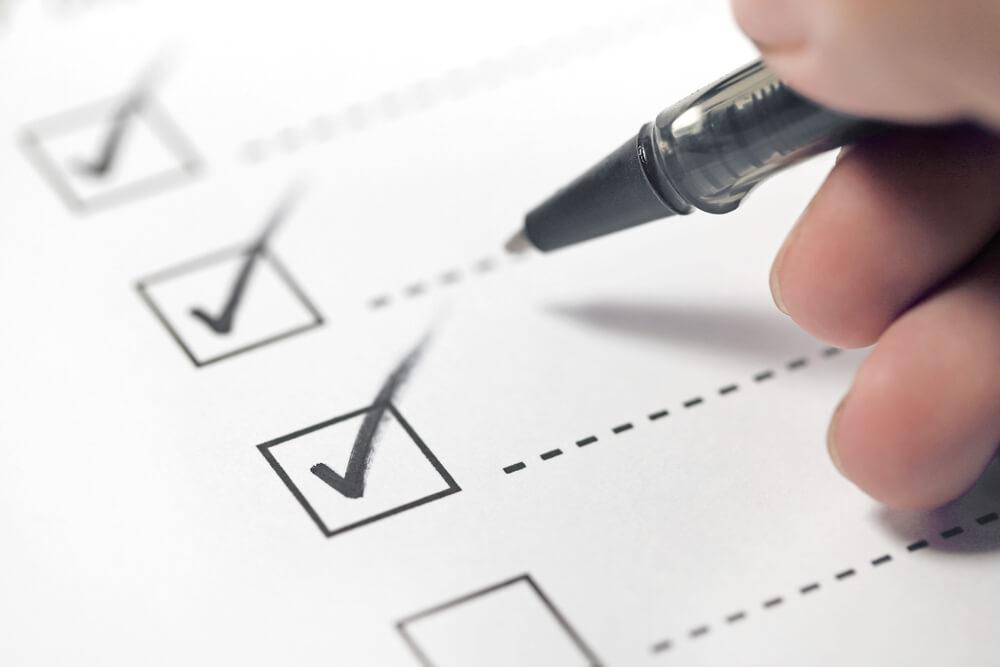 Ausfüllen Formular Förderungen Hacke mit Stift setzen