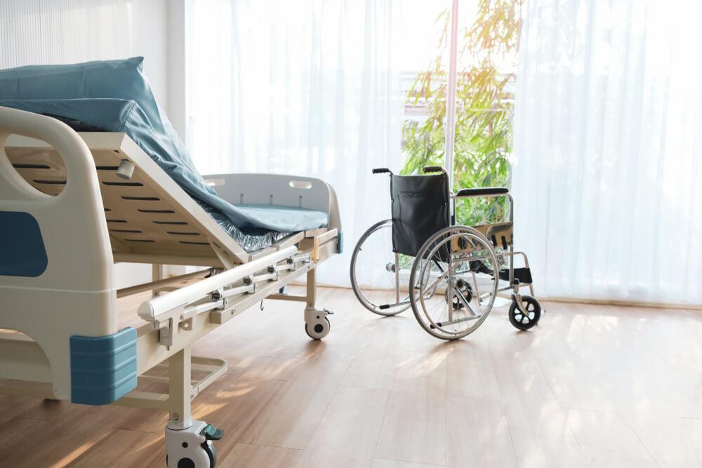 Pflegebett und Rollstuhl